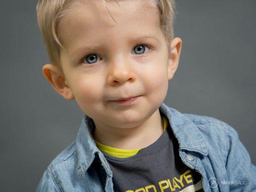 Séance photo d'un petit garçon