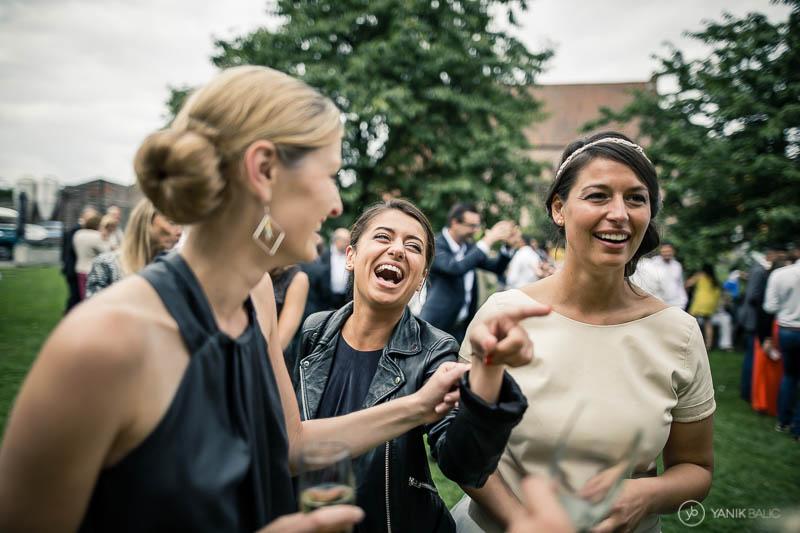 Photo de mariage sur le vif, vin d'honneur