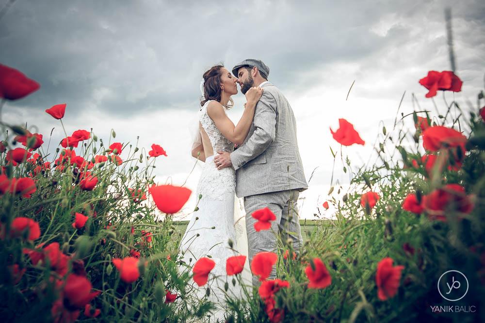 Le couple de marié s'embrasse