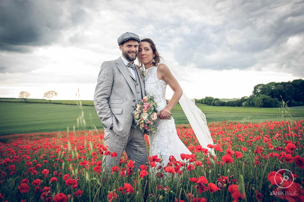 Le couple dans un champs de coquelicots