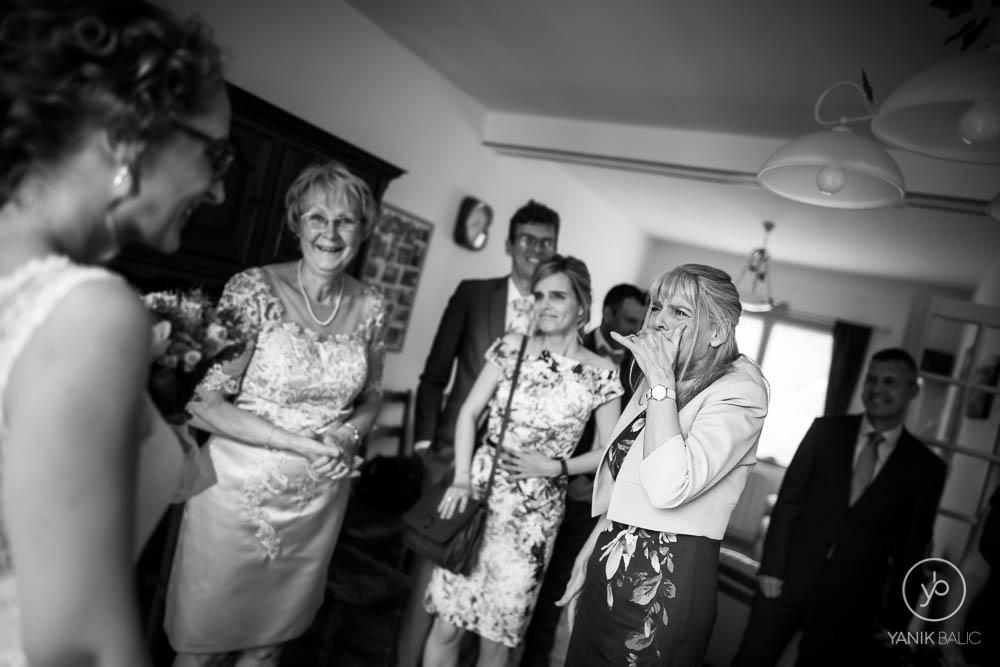 Les invités découvrent la mariée