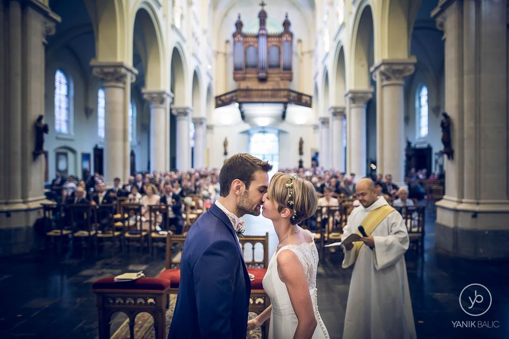 Lucile et Matthieu s'embrassent à l'église
