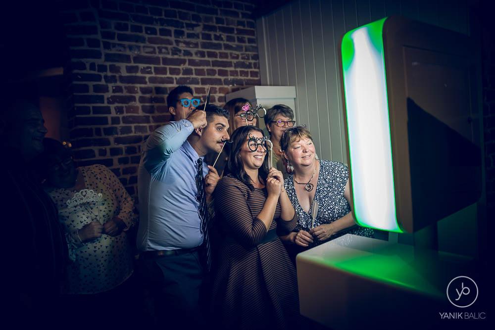 Des invités devant le photobooth
