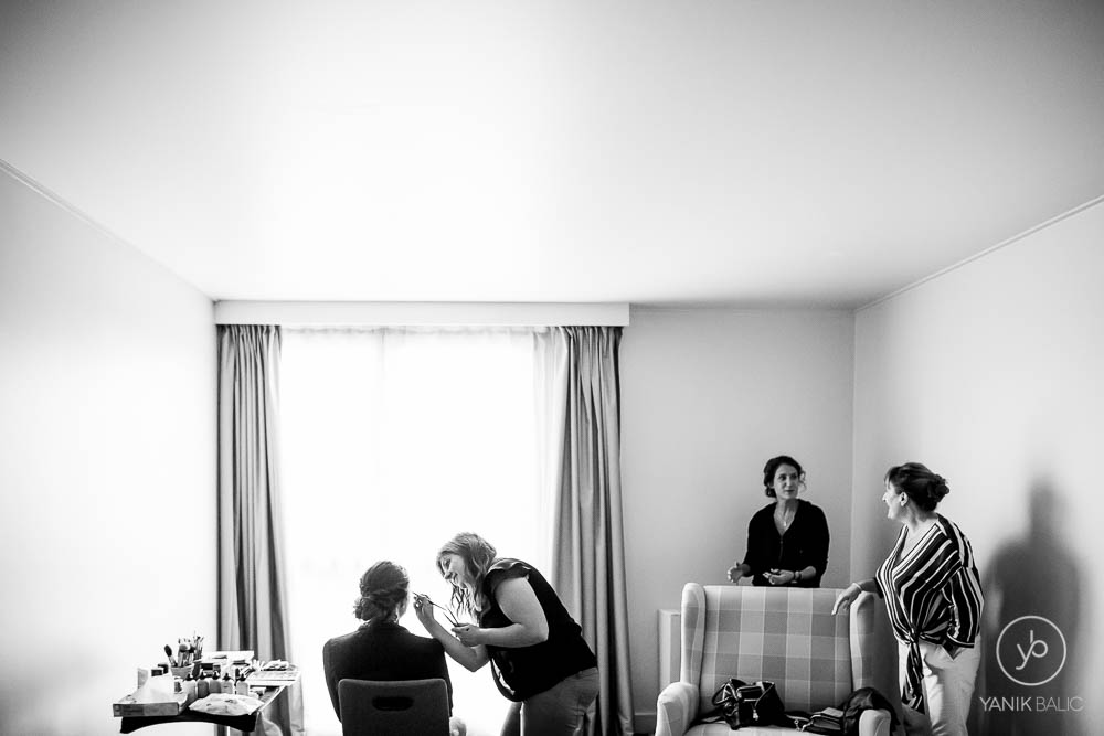 La marié se fait maquiller
