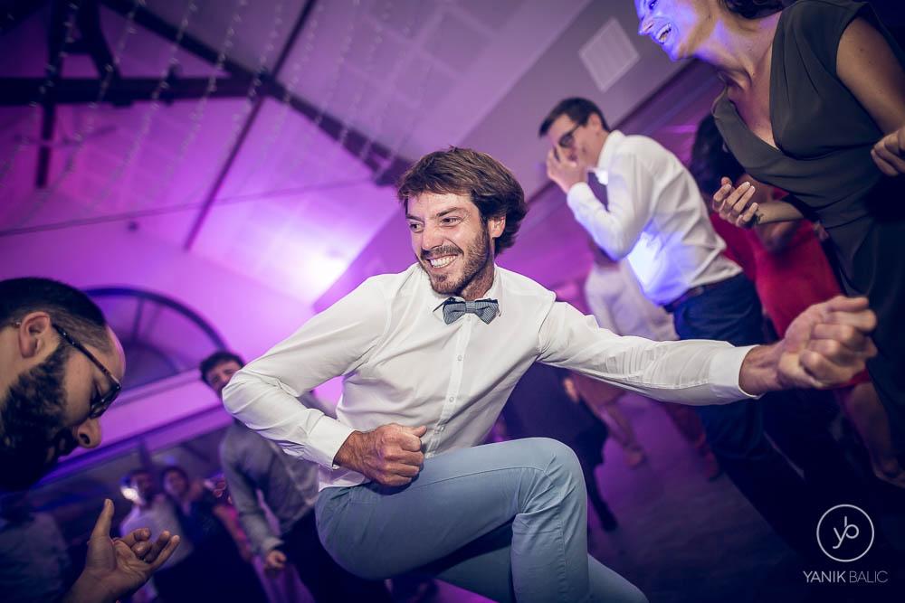 Un invité danse