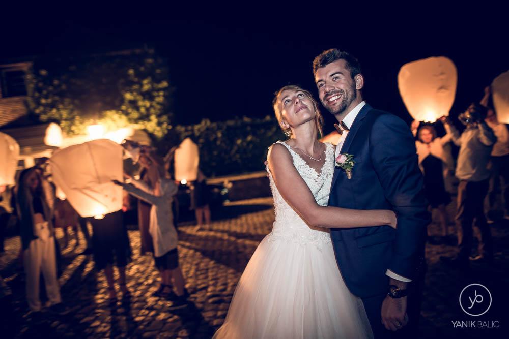 Les mariés se prennent dans les bras
