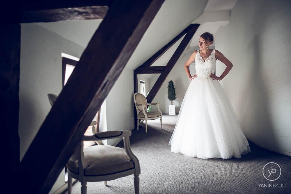 La marié attend seule