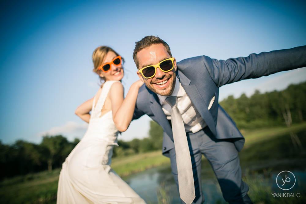 Le couple sourie devant l'objectif