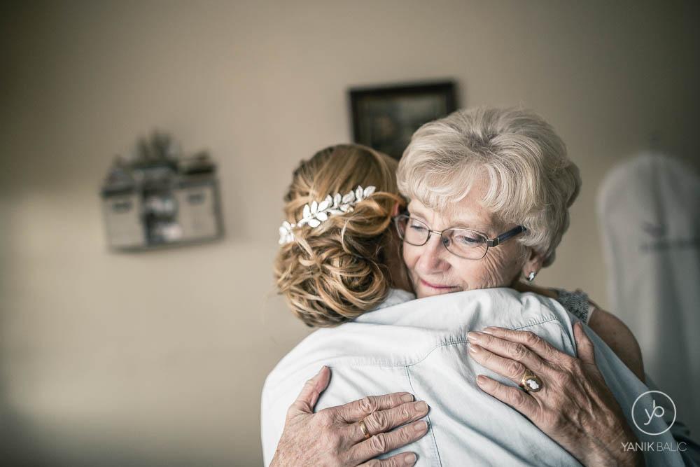 Mamie prend dans ses bras la mariée
