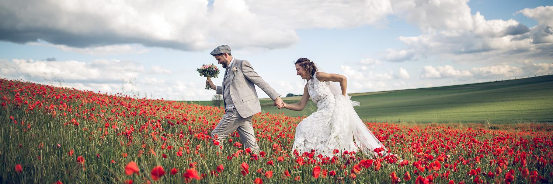 Photo de mariage dans un champ de coquelicots