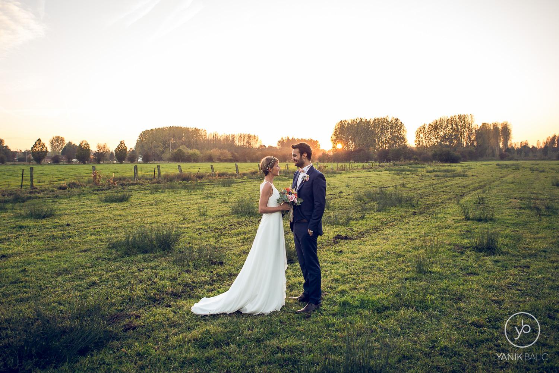 Le couple devant le coucher de soleil